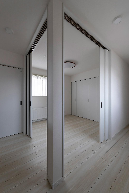 階段を上がってすぐの空間は、2面に設けた引き戸を開ければオープンスペースに、閉めれば客間として使える個室になる仕様