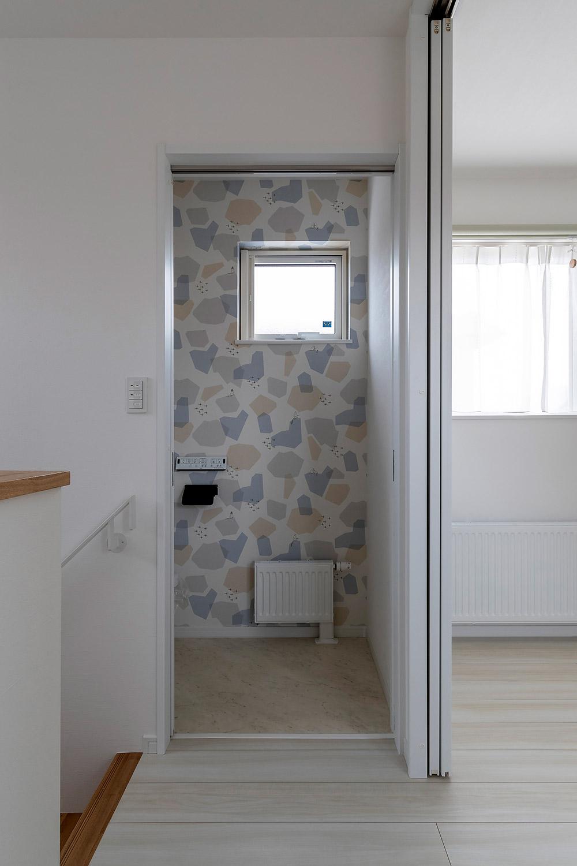 2階のトイレは壁紙をムーミン柄にして遊び心をプラス