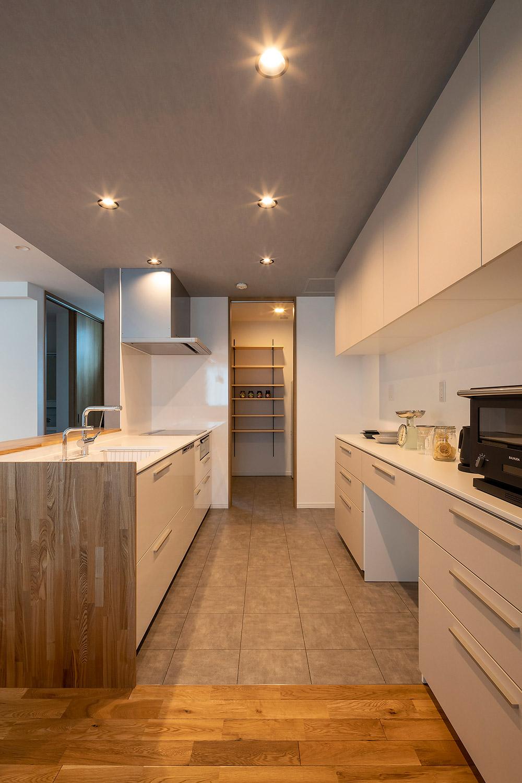 キッチンの奥にはパントリーも設けた。左側からはユーティリティに抜けられる回遊式