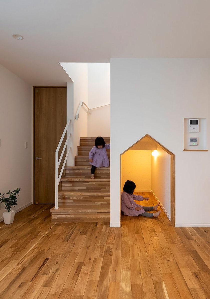 階段下のスペースはすっかり子どもたちの遊び場に。小さなお家感覚で居心地も抜群