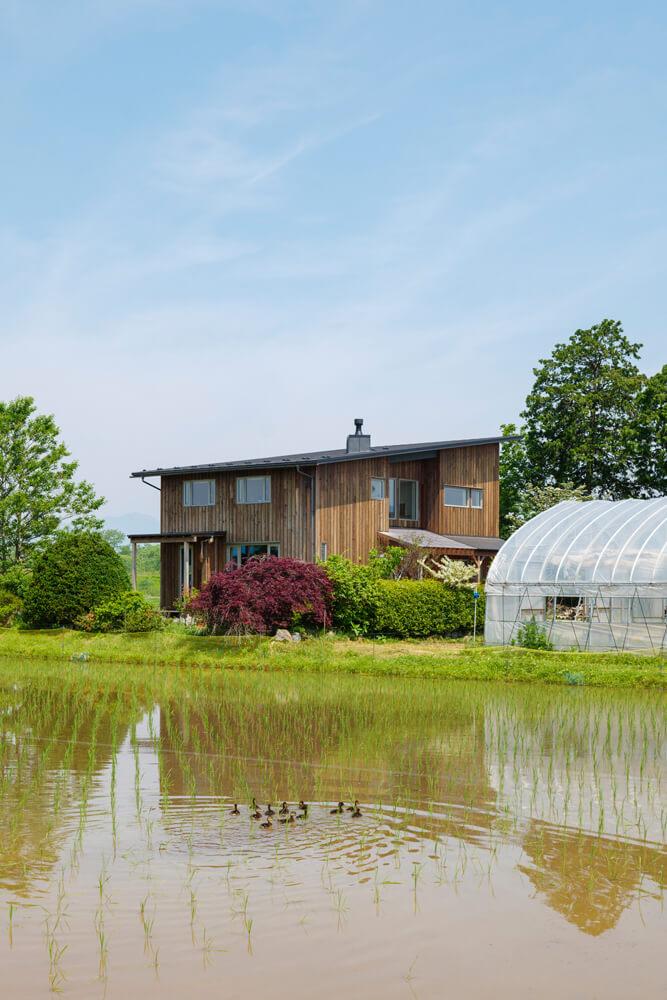 自然豊かな風景に溶け込むIさん宅。家の周りにはご主人が丹精込めて作物を育てる田んぼや畑が広がり、家の中からも農作業をするご主人の姿を視界に収めることができる
