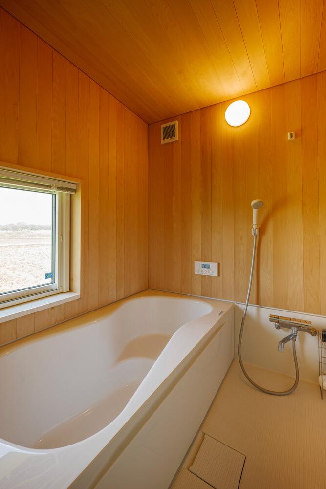 バスルームは2階に配置。窓の外には北上川の堤や東根山の風景が広がる。「ついつい長風呂してしまうようになりました」とIさん
