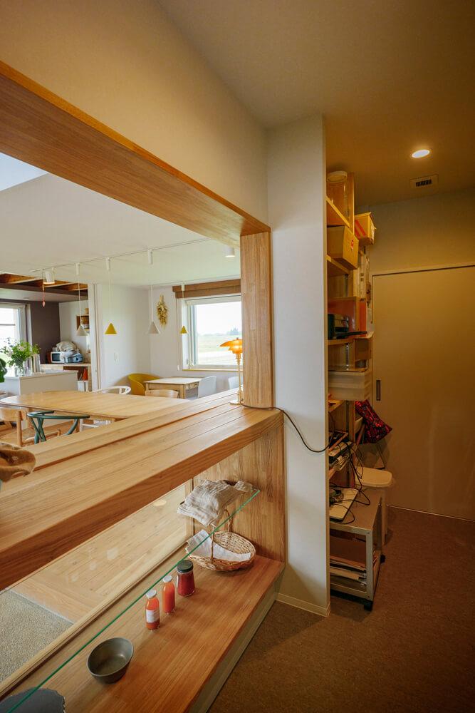 作業しやすいよう配慮がなされたパン工房の厨房と販売スペース。室温が一定なので天然酵母の発酵も安定し、よりおいしいパンが焼けるようになったそう