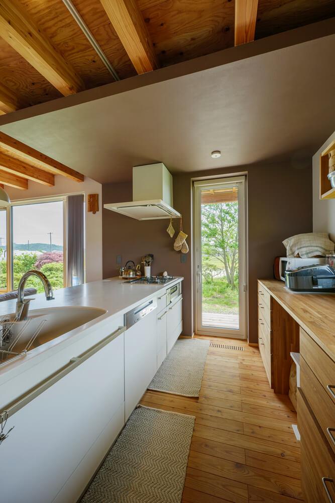 フルフラットなアイランドキッチンは家族全員で立っても余裕あり。「主人も料理をしますし、娘たちも手伝ってくれるので、このキッチンにして正解でした」