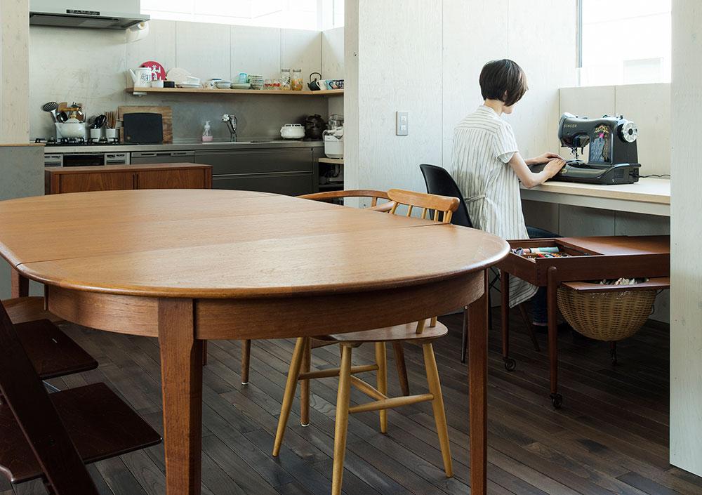 北欧ビンテージのエクステンションテーブル。大きな楕円形でゆったりと使えるサイズ