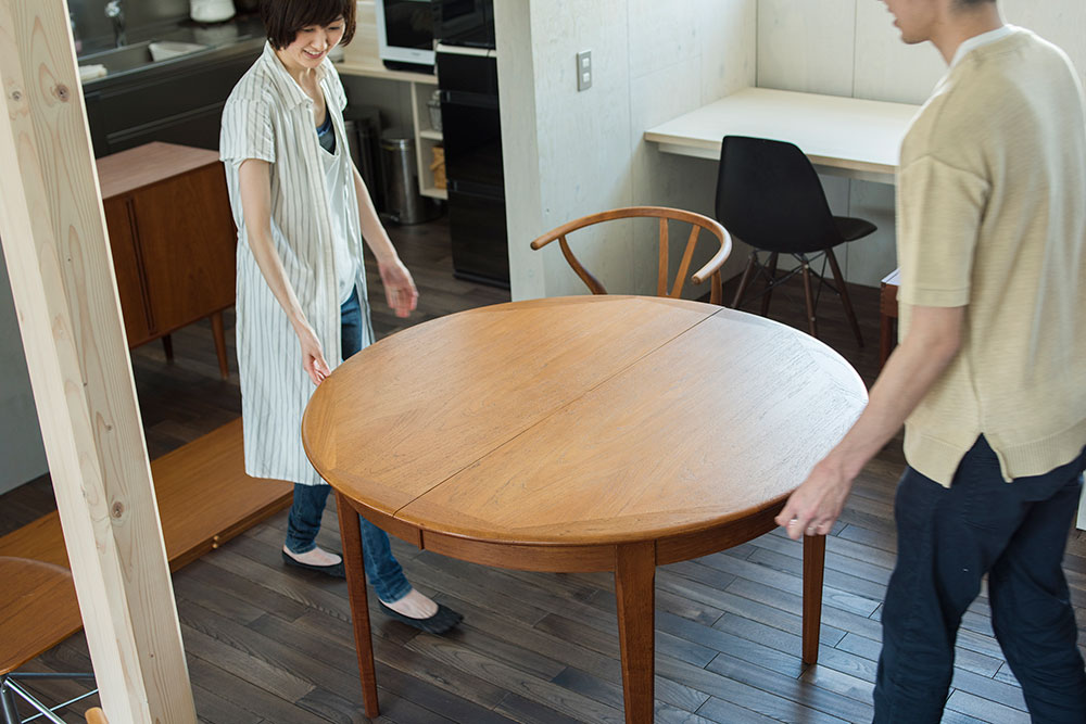 コンパクトな円形のダイニングテーブルに変身!