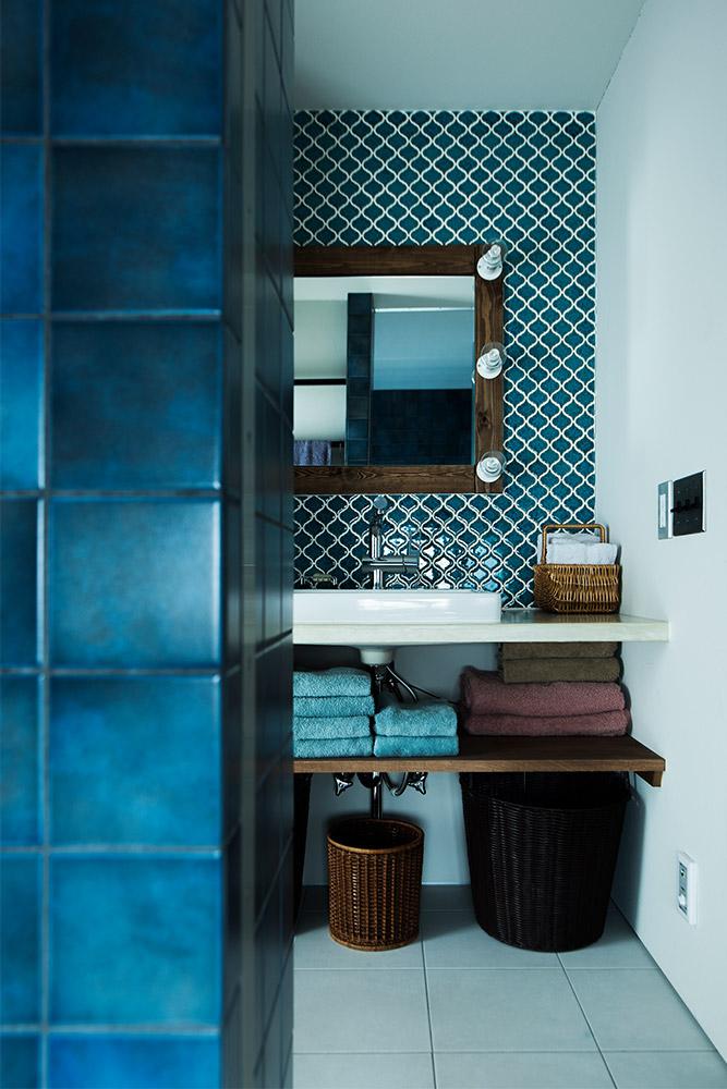 隣に配した洗面脱衣室は、同系色のコラベルタイルでコーディネート