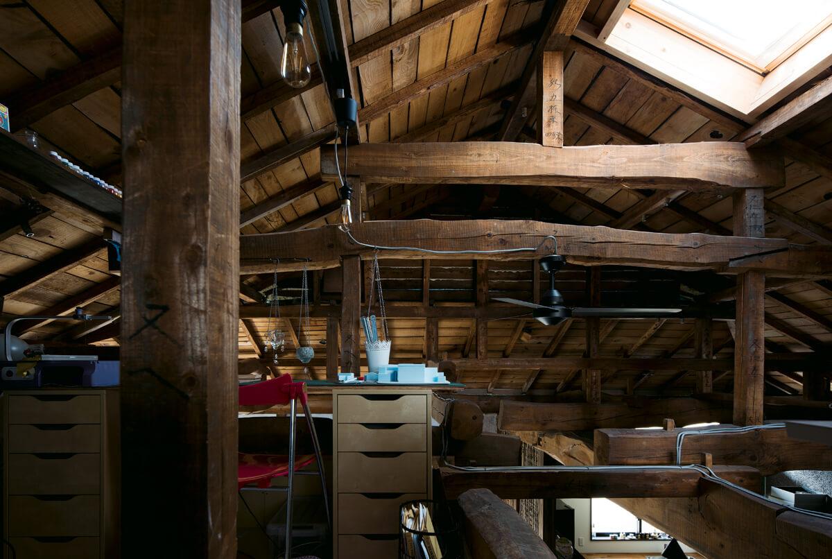 屋根裏部屋に設計事務所をレイアウト。ここからも美しい梁のフォルムが一望できる。風通しと採光のため天窓を設けた
