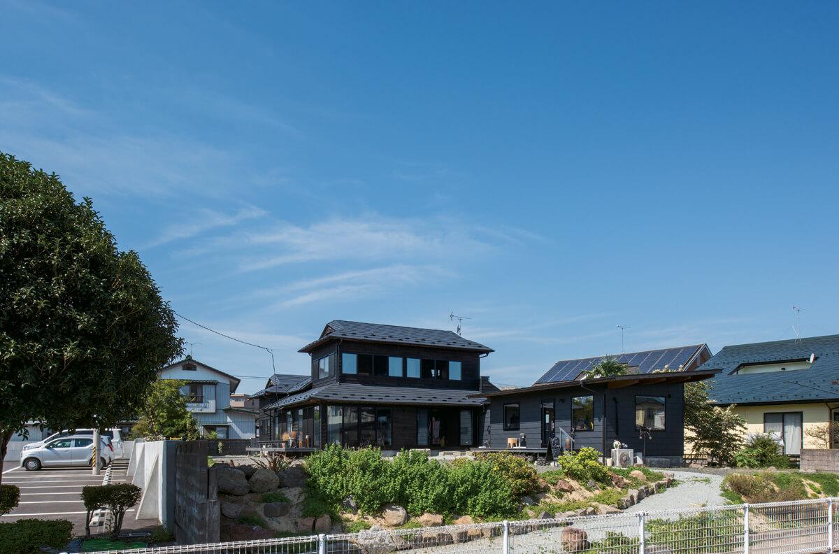 JR岩沼駅にほど近い、市管轄の緑道沿いに建つ洞口さん宅。緑道を歩く人を温かく迎え入れる開放的なアプローチも魅力