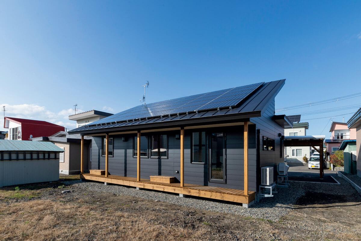 リビング・ダイニングのある南面には「岡本建設の施工事例を見て、新居にぜひ採用したかった」というご夫妻の要望に応え、濡れ縁風のサンデッキを造作