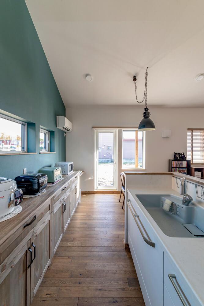 キッチンは、奥さんが憧れていた造作カウンター収納を備えた対面式を実現。「リビングとの一体感があって、家事も楽しくなりました」と奥さん