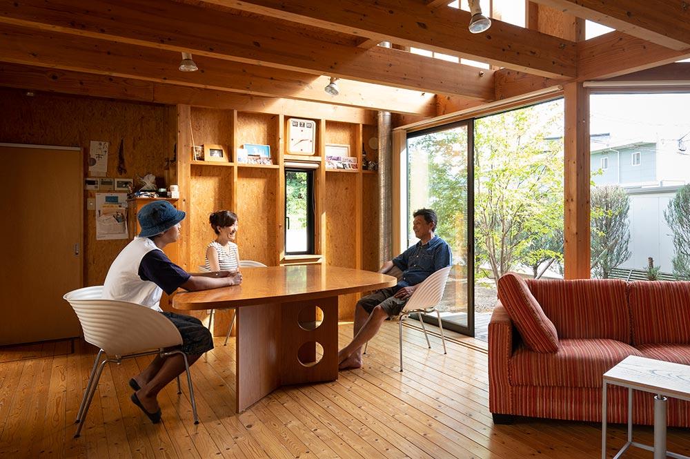 奥さんが一目惚れして買ったというおにぎり型天板のダイニングテーブル。このかたちとサイズ感が、空間と3人家族の暮らしにぴったりだという