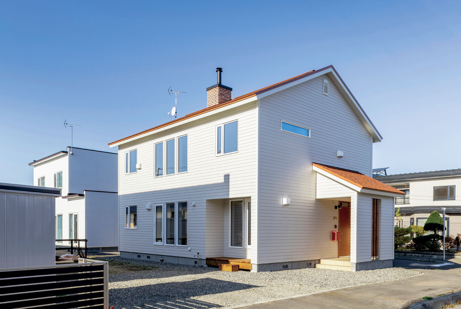 切妻屋根のシンプルな外観デザインは、長持ちする家づくりを目指す岡本建設ならでは。外壁と屋根には防火性に優れた素材を採用している