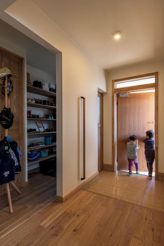 シューズクロークを備え、すっきりとした空間を保つ玄関まわりは、木の優しい質感が際立っている