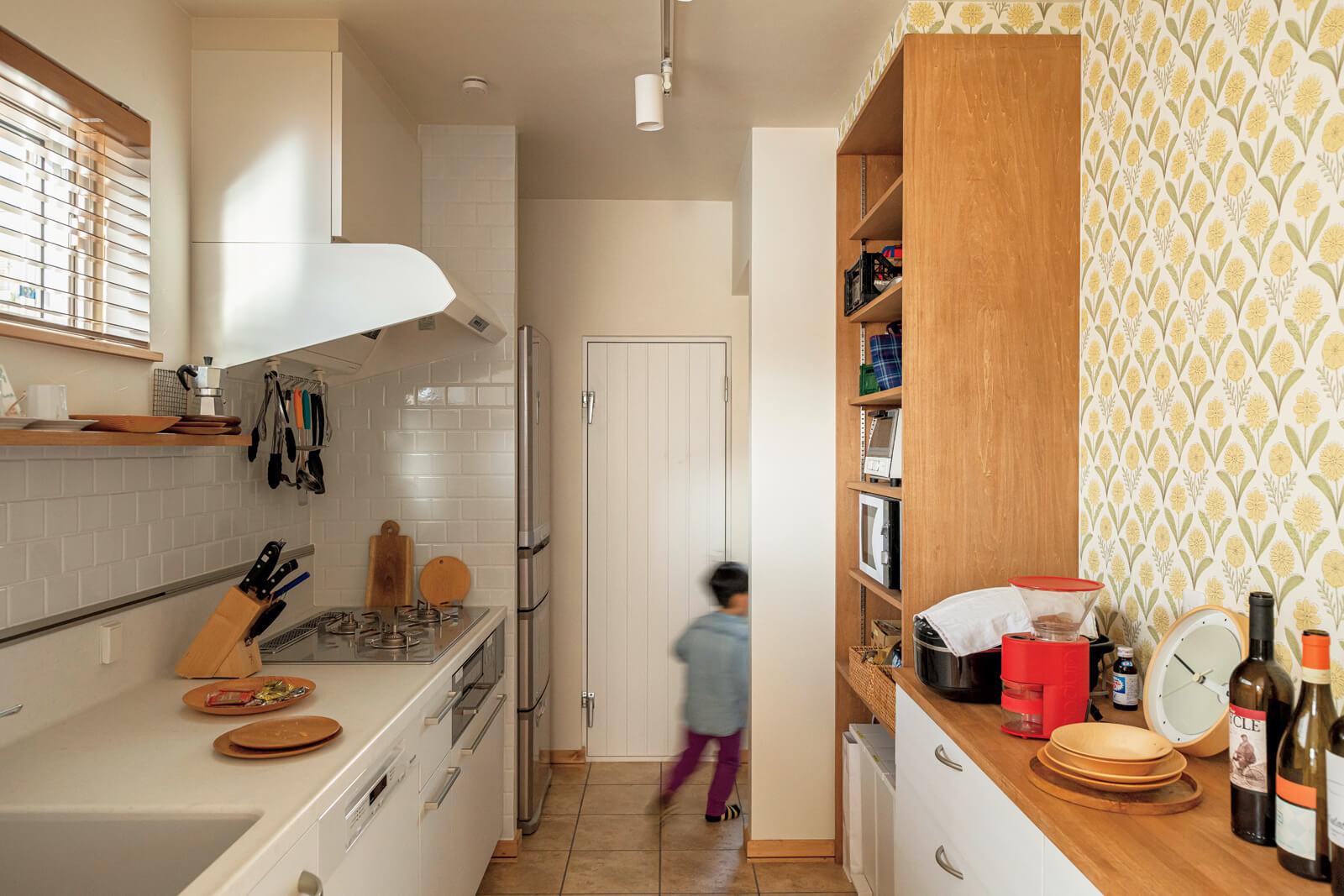 キッチンには、温度管理ができるセンサーを採用した食品庫もある。木製扉は断熱材入りの岡本建設オリジナル