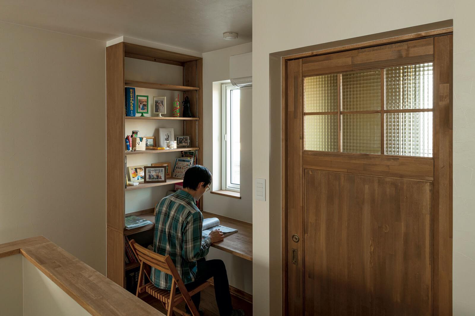 階段ホールの一角には、Gさんの希望で家族共用の書斎が設けられた。「自分の居場所ができたようで、嬉しいです」とGさん