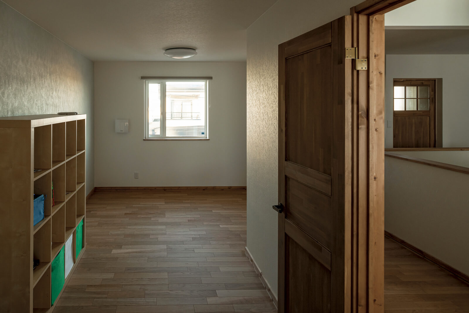2階に設けられた子ども部屋は、広々としたワンルーム仕様。将来は中央に間仕切り壁を兼ねた造作収納を設置し、2室に分ける予定