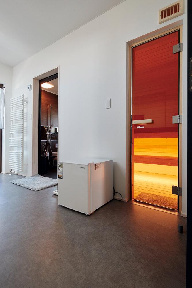 右側の扉がドライサウナ、左側がバスルーム。バルコニーにも通じており、外気浴の環境もしっかり整っている