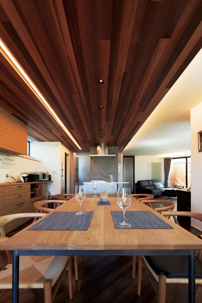 レッドシダーの天井とオーダーメイドのテーブルが上質感を醸し出すダイニング