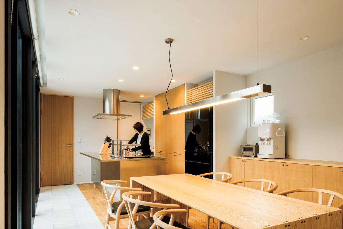 アイランドキッチンは手入れのしやすいステンレス製。収納はすべて戸が付いた隠す収納ですっきり片付く