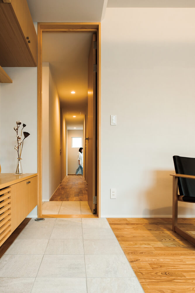 リビングのドアの奥に、お子さんたちそれぞれの個室がある。突き当たりは駐車場へつながる専用の出入り口で、遅い帰宅時などはリビングを通らずに直接各個室へ入ることができる