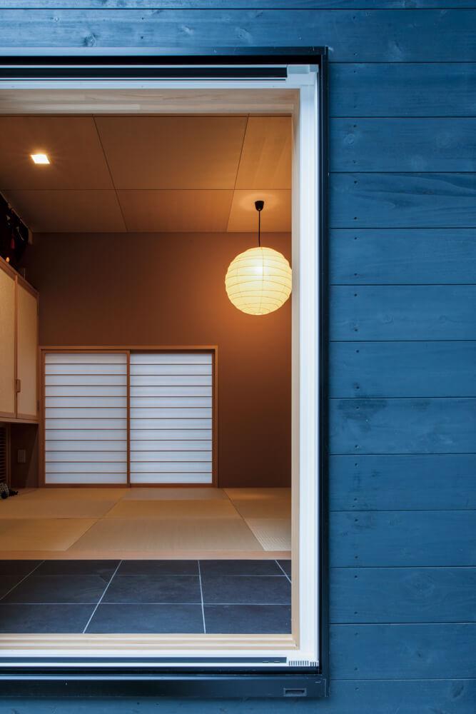 和室の壁はワラが入った改良型漆喰。床は硯石と琉球畳を組み合わせ、さまざまな色と質感を持つ現代的なデザインとなっている