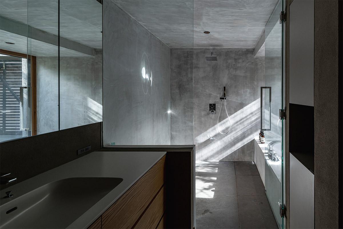 バスルームにはガラス扉を用い、水まわり全体がホテルライクでスタイリッシュなデザイン