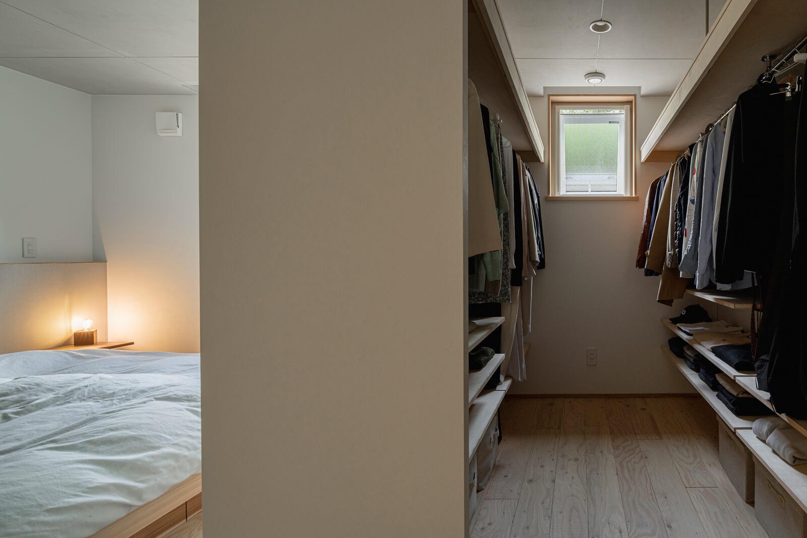 寝室には大容量のウォークインクローゼットを併設。ご夫妻の衣類はすべてここに収まる