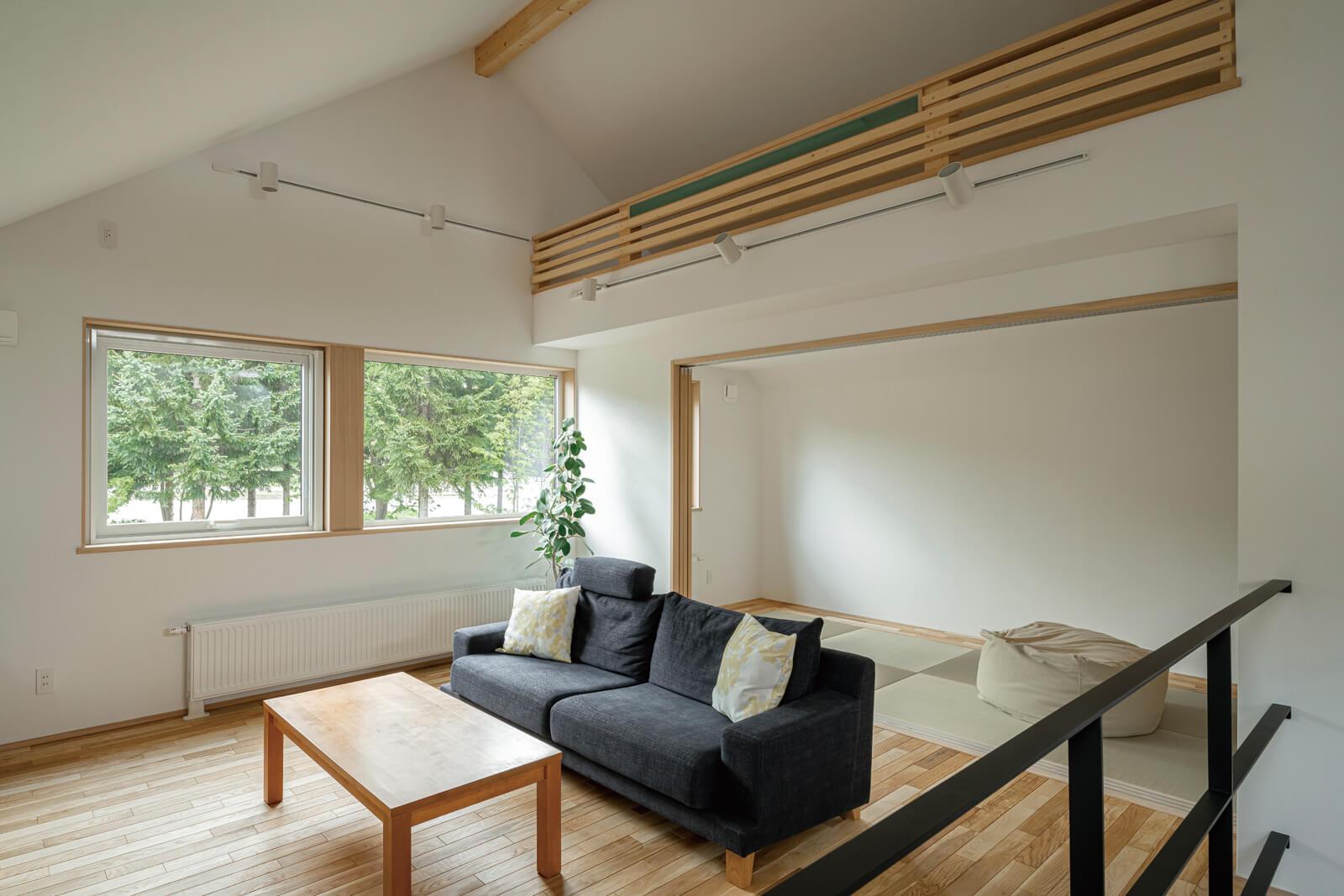 三角屋根の空間を活かし、畳エリアの上部をロフトにした。LDKを一望できるロフトは最高のこもりスペースになる