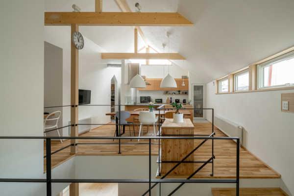 素材感のこだわりと南の高窓からの採光が降り注ぐ心地よい家