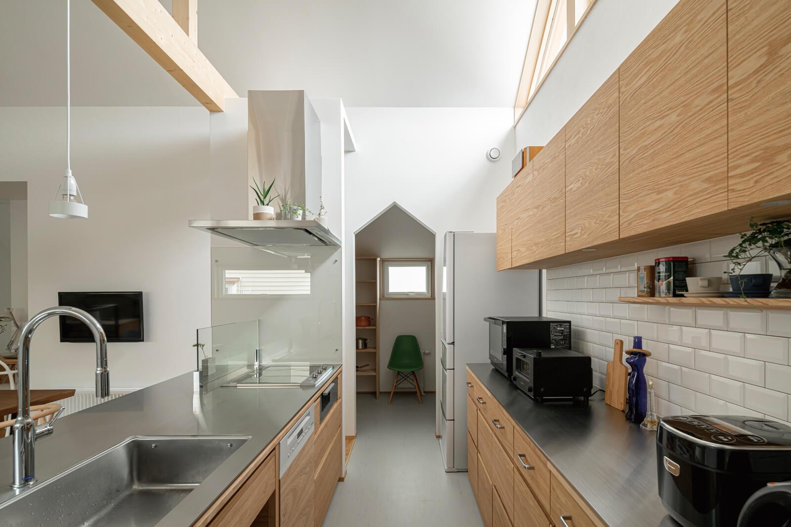 キッチン奥には収納力たっぷりのパントリーを配置。キッチンエリアをすっきりと見せるための重要なポイント