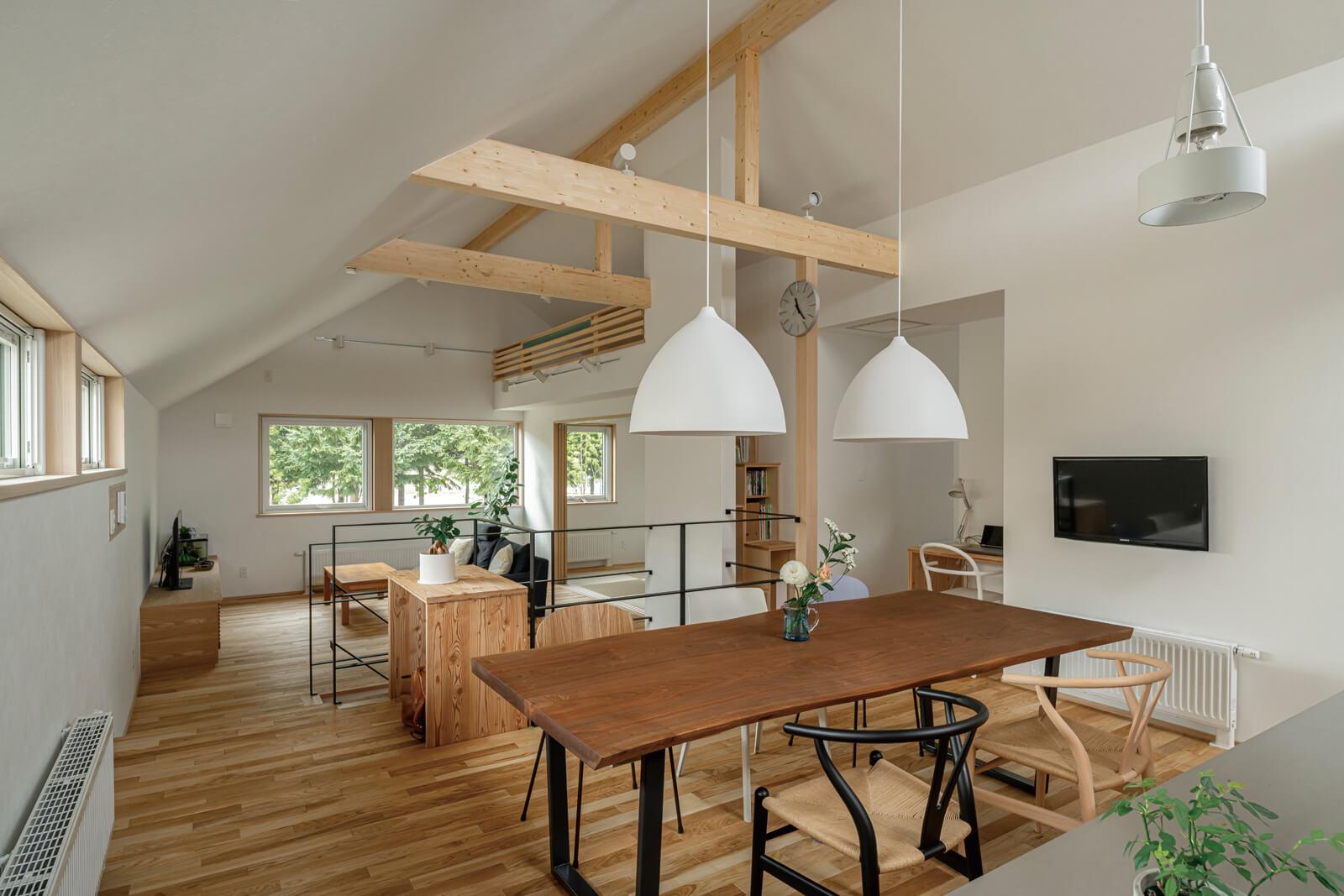 キッチンから見た2階LDKの全景。ウッドオイル仕上げとホワイトのコントラストにブックマッチのウォールナットテーブルが映える