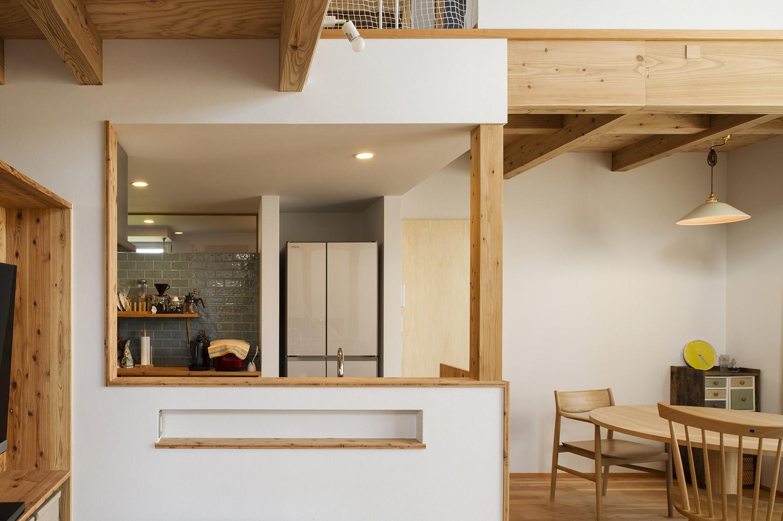 家事のしやすさを追求したキッチンにダイニングを近接。ダイニング・テーブルや椅子も空間にマッチするよう、道産材にこだわって選んだ