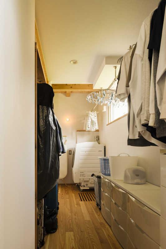 洗濯室とクローゼットを融合させたユーテリティ。洗う、干す、しまうが1ヵ所で完結し、衣類の管理もしやすくなった