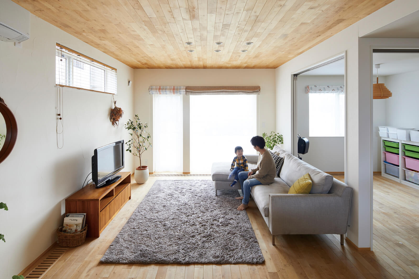 リビングの板張り天井は無垢材の素材感を視覚的にも楽しめる