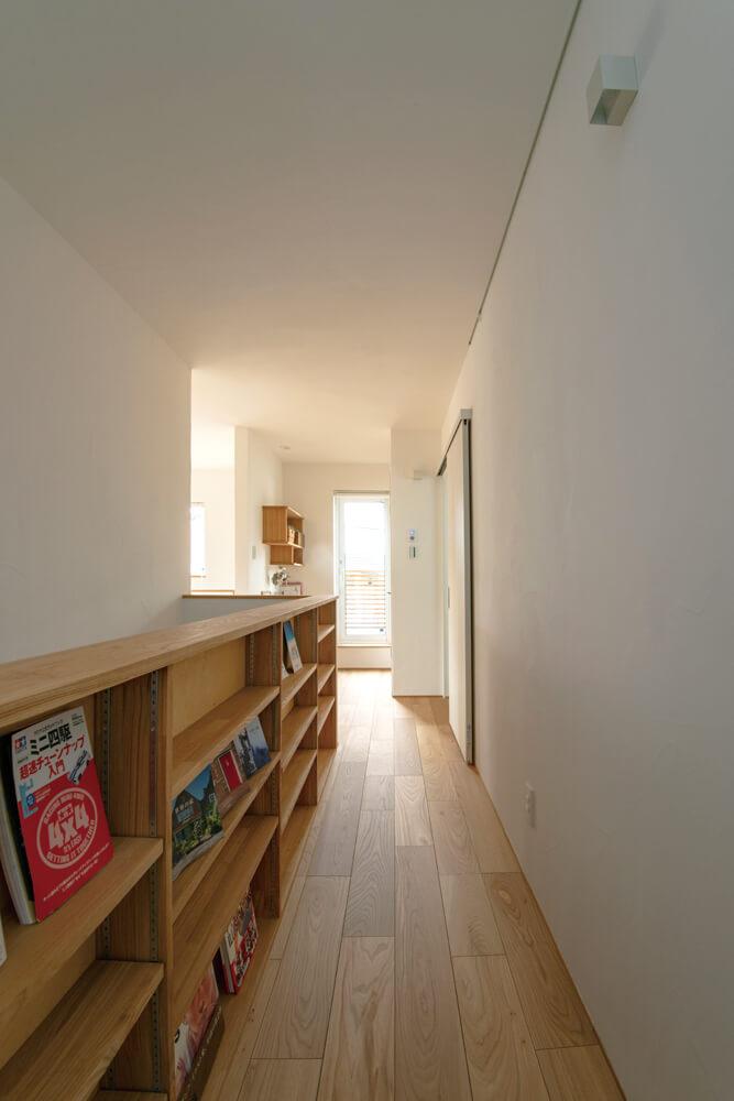 階段の腰壁には、たくさんの本が収められる本棚が造作されている