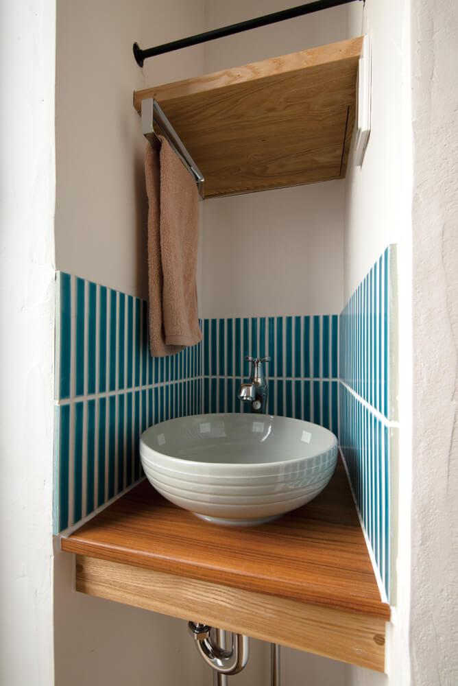 キクザワの提案で「水場代わりにもなって使い勝手が良い」と、手洗いボウルをトイレから独立させた。「こうした暮らしを想うたくさんの提案のおかげで、住み心地の良い家になりました」と奥さん