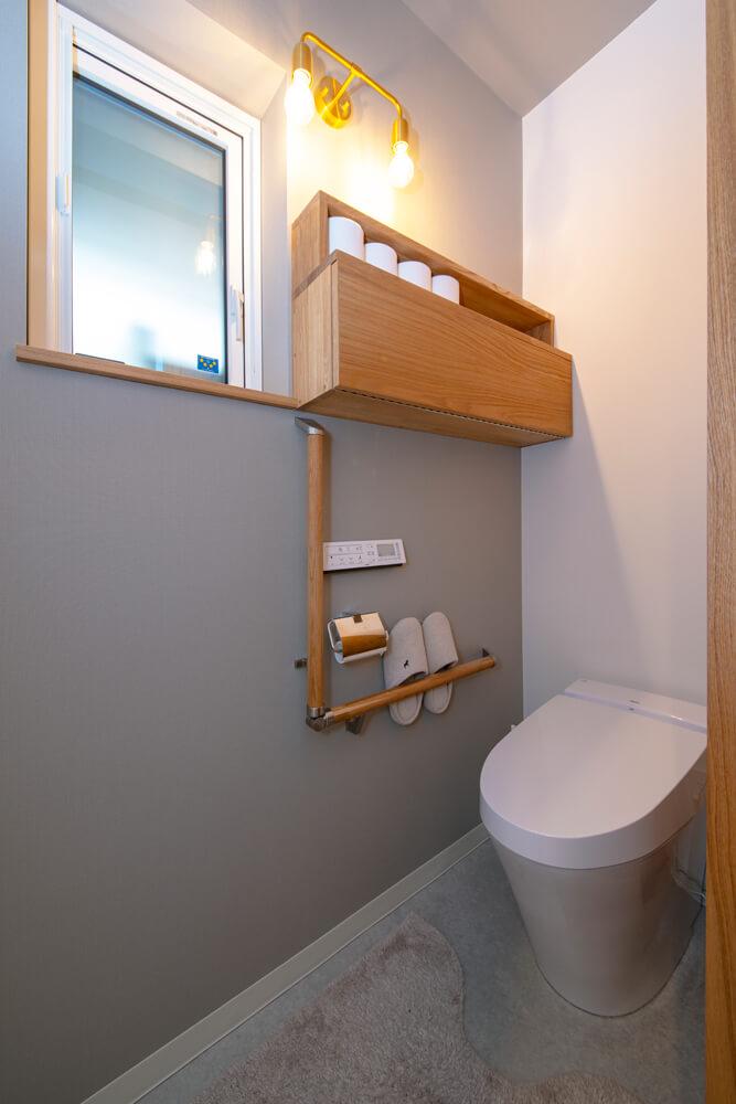 グレーを基調にシンプルにまとめられたトイレ