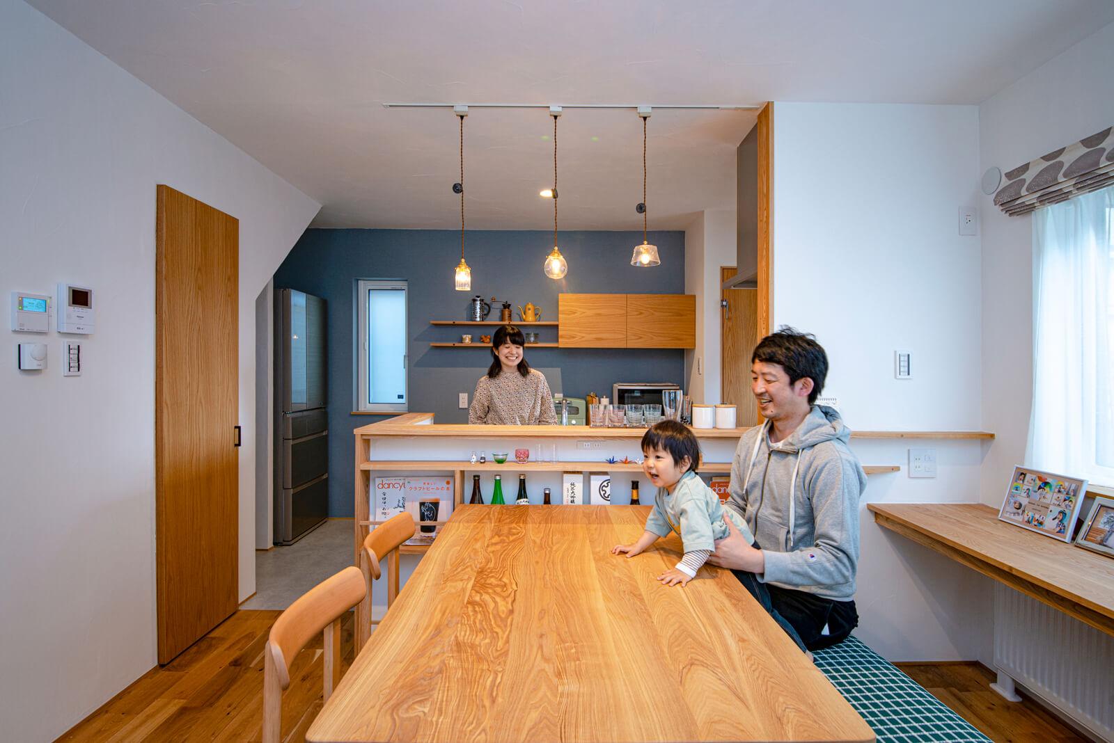 ダイニング・キッチンまわりのカウンターや収納、ダイニングテーブルは、タモ材を用いた造作。木の温もりあふれる造作の数々はキクザワならでは