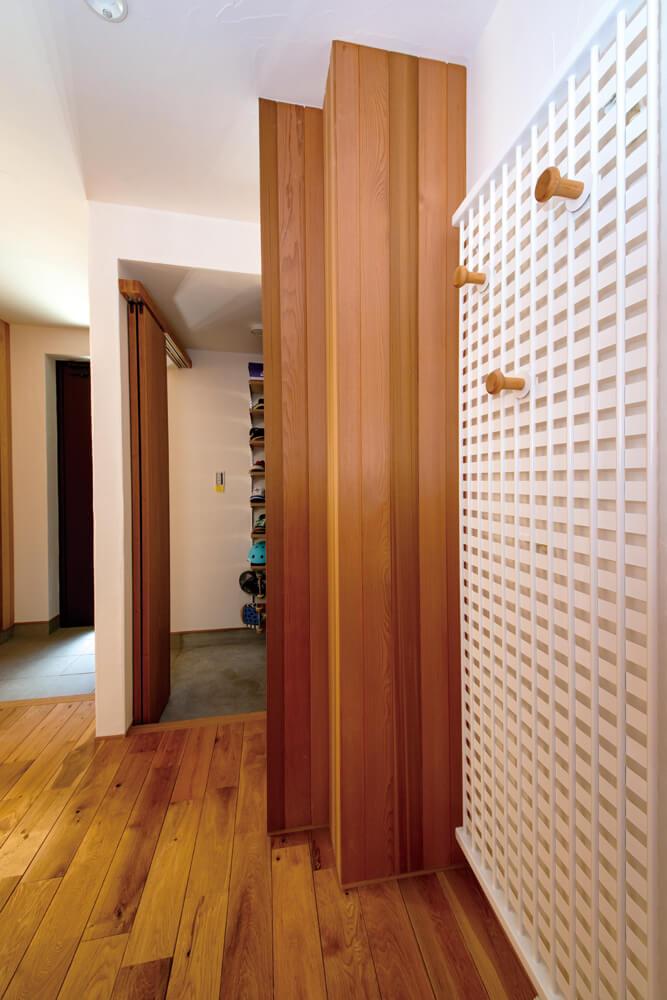 玄関ホールには、コートを掛けられるパネルヒーターも設置