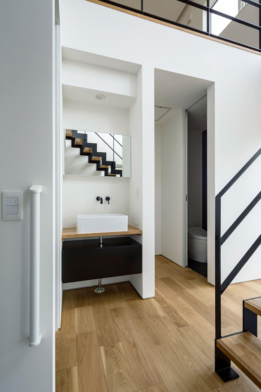 玄関を入ってすぐに手洗い場と来客用トイレ。時代を反映した必須のスペース