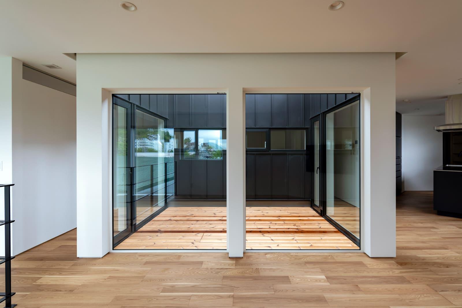 3方がガラス張りになったインナーコート「光の庭」を囲んでLDK、個室、スタディルームを配置