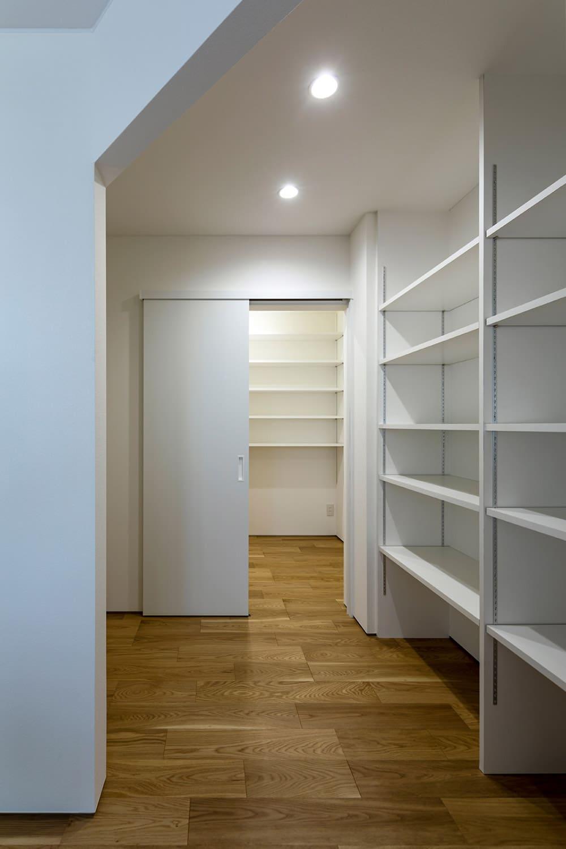 キッチン奥には大型のバックヤードを設けて食品庫や冷蔵庫スペース、奥さんのワークスペースに