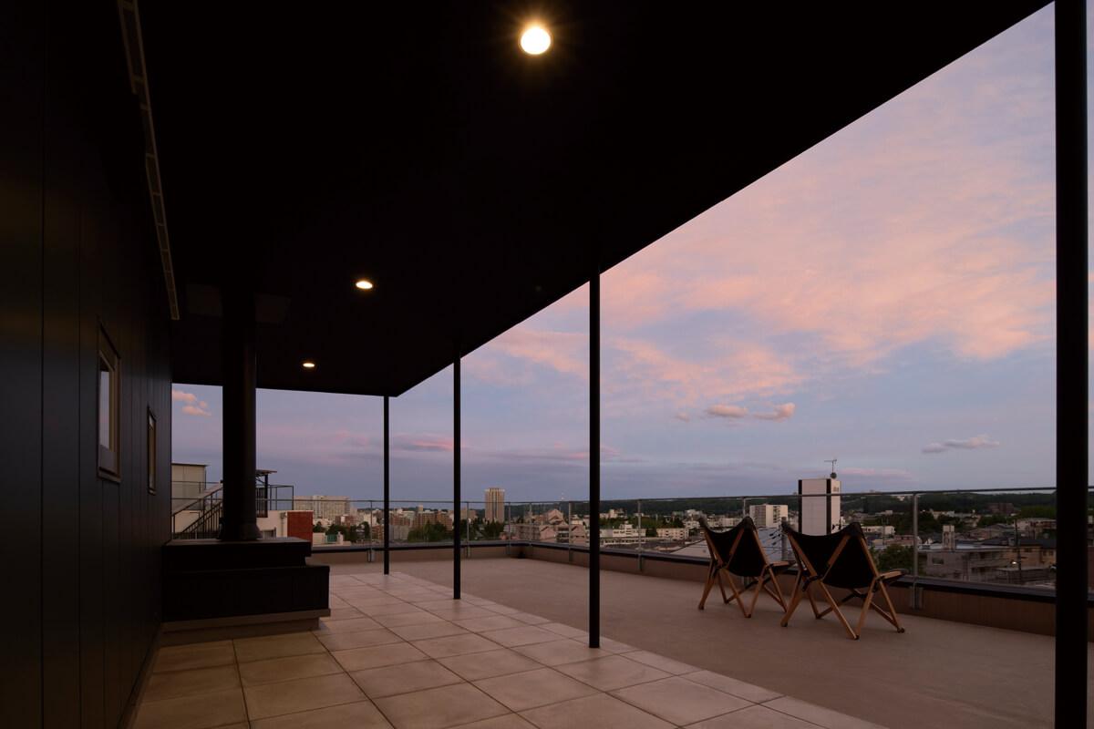 3階に設けた屋上スペース。高台の立地を活かし、外からの視線を気にせずにBBQや花火を堪能できる