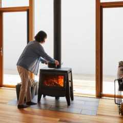 家族の会話も自然に弾む。窓辺に映える薪ストーブのある暮らし