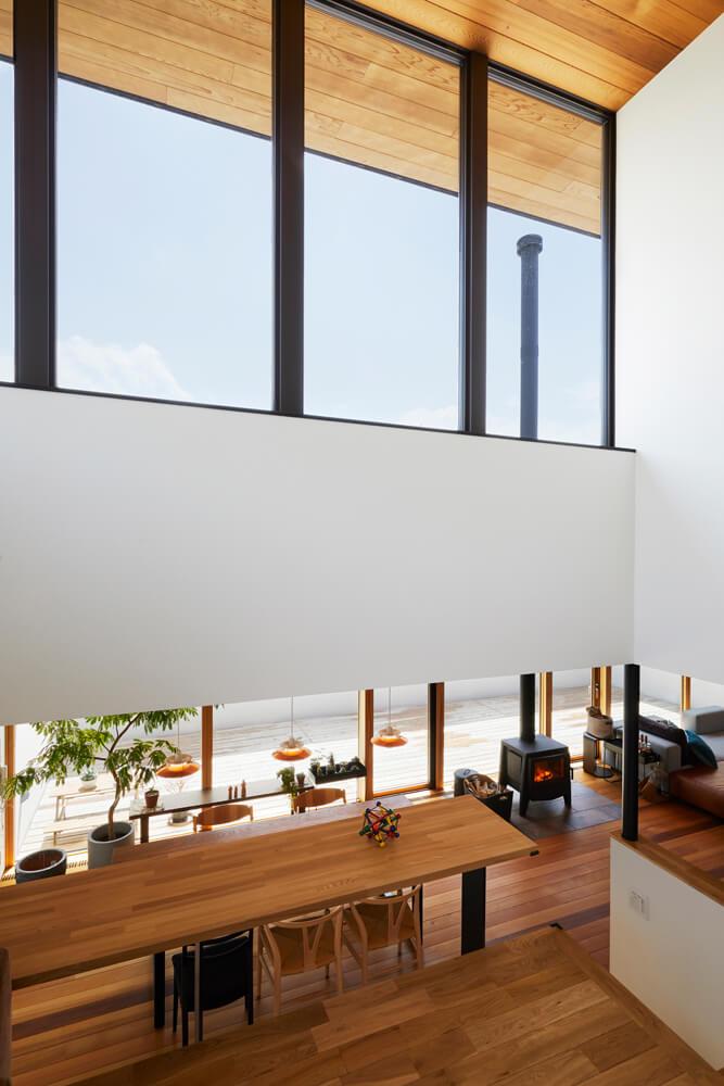 中2階のセカンドリビングからも薪ストーブの炎が楽しめる。Aさん宅のプランの場合、インナーテラスを望む窓際はあつらえ向きの設置場所だ