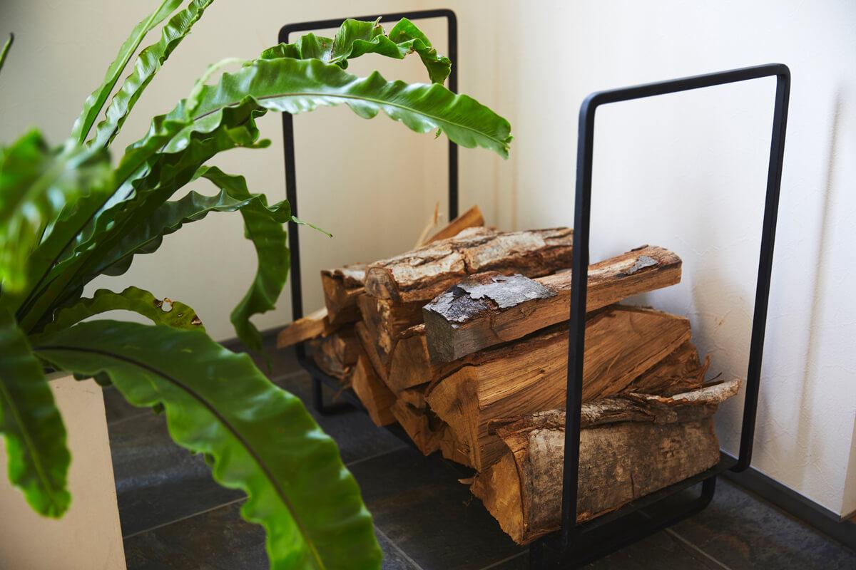 軒下に設置した薪棚のほか、玄関にも少量の薪を常にストックしている