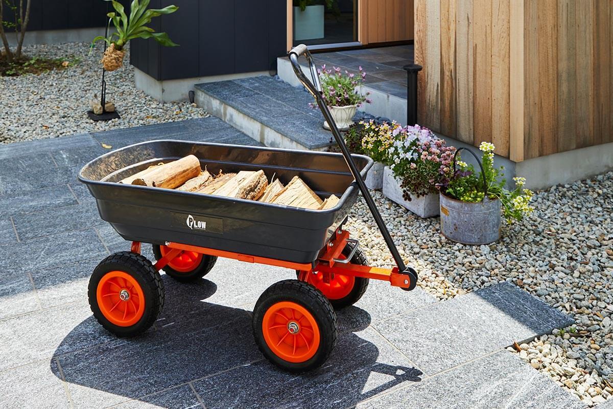 アウトドアワゴンを使えば、一度にたくさんのの薪を外から屋内へ楽に運べて便利