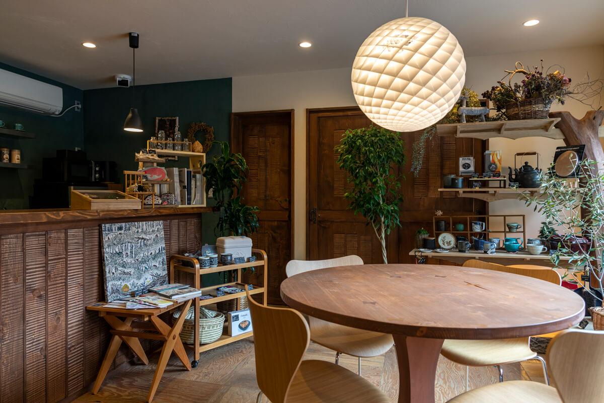 店内の奥にある打ち合わせスペースは、カフェのような温かみのある雰囲気