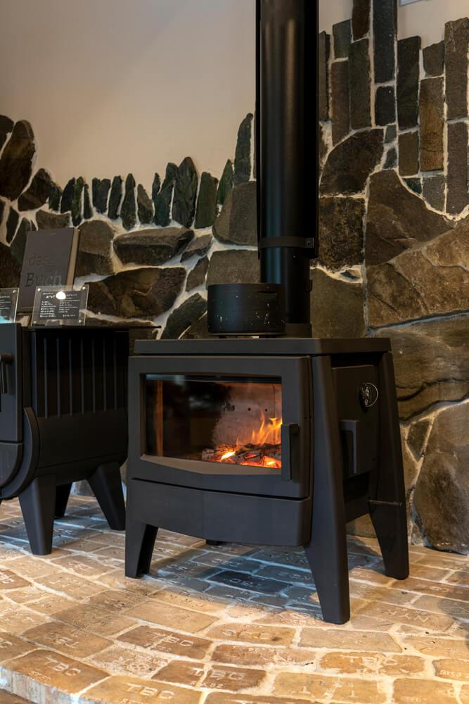 アイアンドッグのNº07は、炎のゆらめきが美しく映えるセラミック製の横型の大きなフロントガラスが特徴。サイドドアは左右に変更が可能